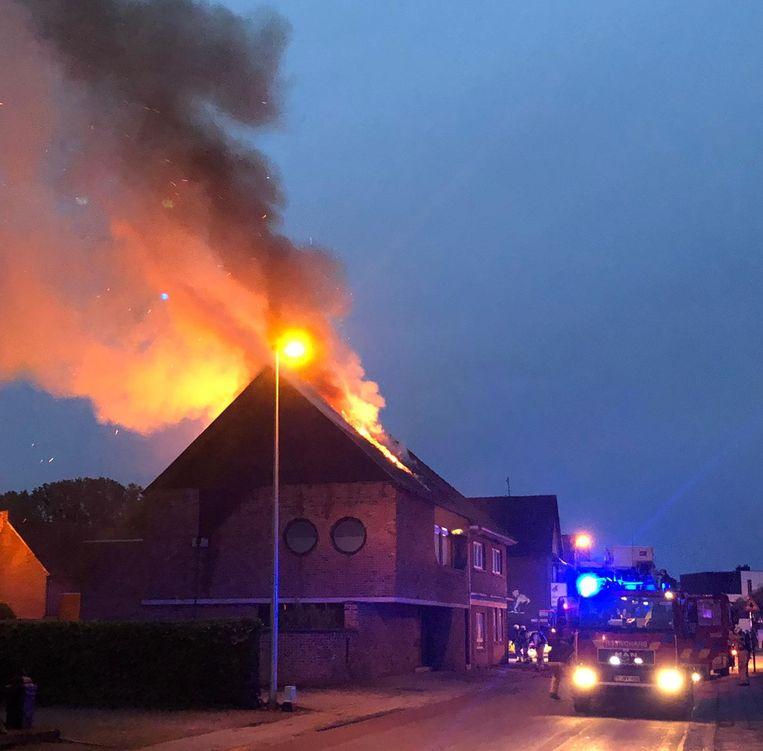 Toen brandweerpost Maasmechelen ter plaatse kwam, ging het al om een hevige en uitslaande brand