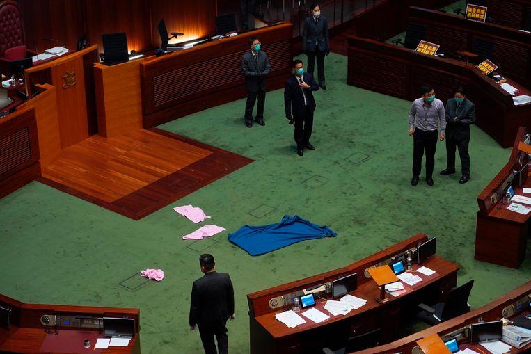 In het parlement in Hongkong zelf werd een wet besproken die het niet respecteren van het Chinese volkslied strafbaar stelt. Een tegenstander van de wet protesteerde door met een stinkende bruine smurrie te smijten in het parlement, die later door de brandweer in beschermende pakken moest worden opgeruimd.