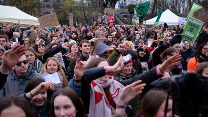 Klimaatactivisten vormen zondag kilometerslange mensenketting