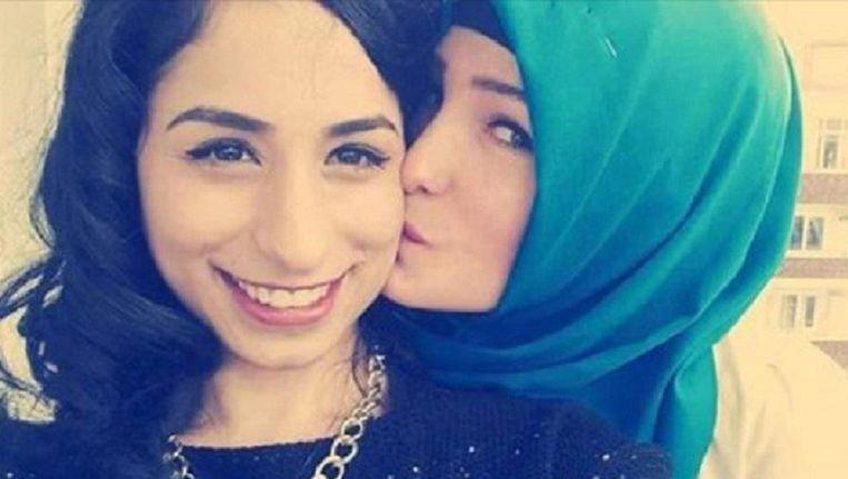Turkse meisjes tonen zich solidair tegen gedwongen hijab op de Facebookpagina van My Stealthy Freedom Beeld TRBEELD