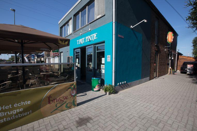 'T Frit Pintje in Neerpelt bij Chris Claes en Marijke Apiecionek. Vooraan stap je binnen in het café, achteraan in de frituur.
