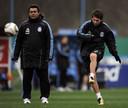 José Luis Brown kijkt toe hoe Lionel Messi een bal schiet in 2010.