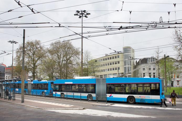 Trolleybussen op het Willemsplein in Arnhem. De nieuwe generatie, 'Trolley 2.0', is niet langer geheel afhankelijk van elektriciteit van de bovenleiding.