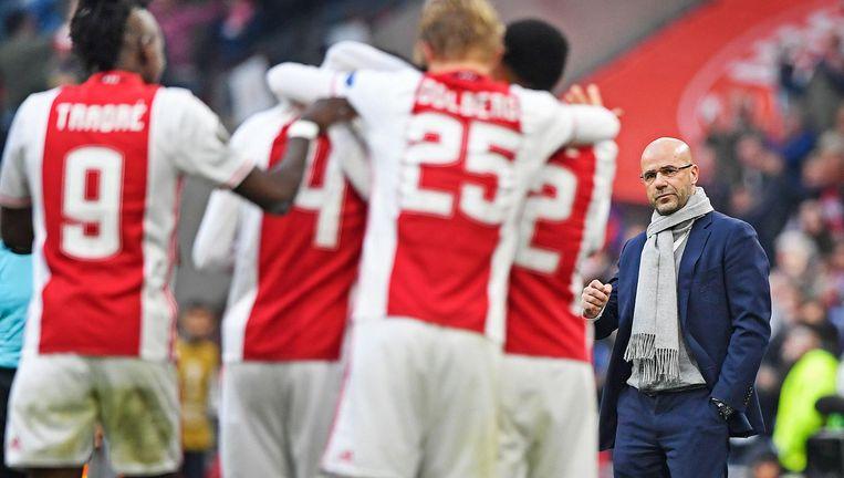 Ajax-coach Peter Bosz kijkt naar de spelers die de 3-0 van Amin Younes tegen Lyon vieren. Beeld Guus Dubbelman / de Volkskrant
