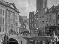De bibliotheek op de Stadhuisbrug lijkt heel oud, maar dat valt eigenlijk best mee