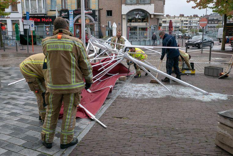op de Grote Markt werd een terras vernield door een weggewaaide luifel