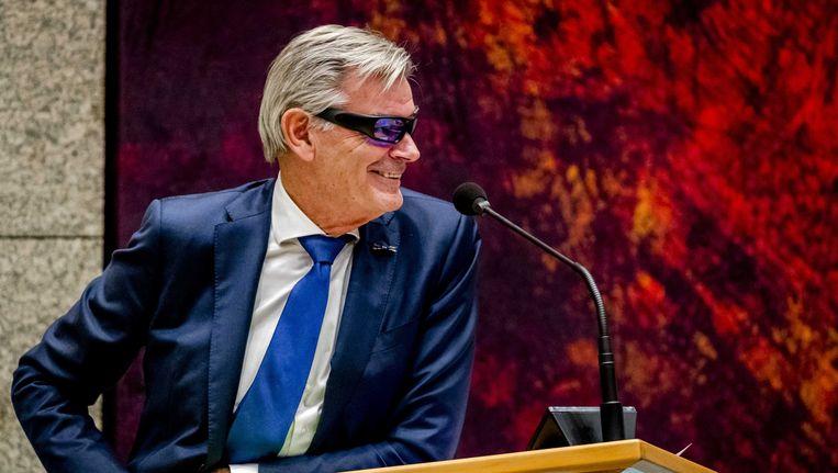 Martin van Rooijen (50Plus) test een lichttherapiebril om fit te blijven tijdens het debat over de afschaffing van de Wet-Hillen. Beeld anp