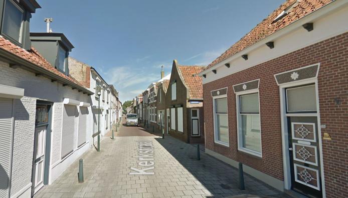 In de Kerkstraat in Scherpenisse rijden vrachtwagens zich makkelijk  klem.