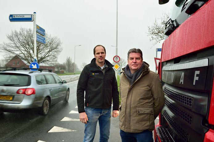 Martijn Zijderlaan (links) en zijn oom Wim Zijderlaan van het gelijknamige transportbedrijf willen een rotonde op de kruising.