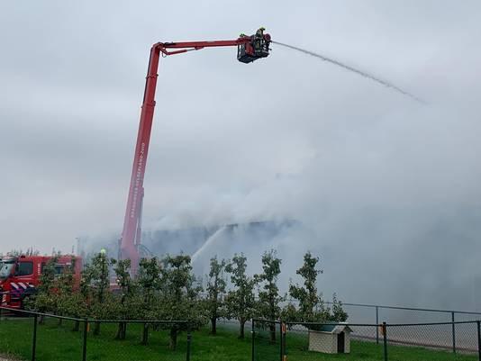 De brandweer kan de loods niet in omdat het te gevaarlijk is