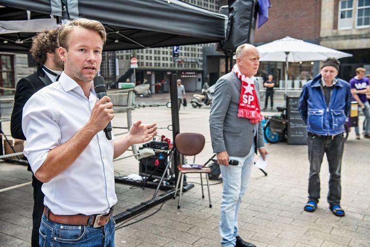Reinier van Lanschot (links) op verkiezingscampagne voor zijn partij Volt in Amsterdam.  Beeld Guus Dubbelman / de Volkskrant