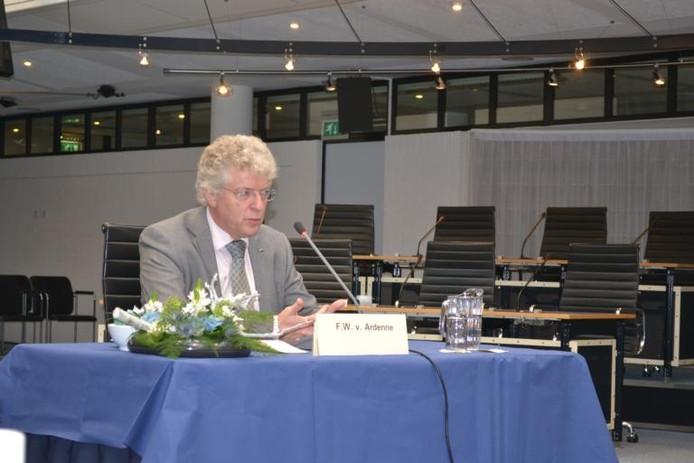 Frederik van Ardenne sloot de gronddeal met Frank van Berlo op de Ecofactorij. Op de foto wordt hij gehoord door de raadscommissie die onderzoek doet naar de miljoenenstrop van het grondbedrijf. foto Barbara Belder