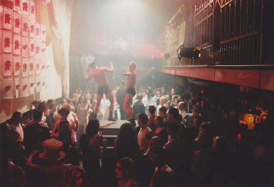 Kadance was de naam van de discotheek die eind jaren 80 tot 1997 aan de Gasthuisring stond, nu parkeergarage Knegtel. Sleegers draaide daar als dj, Van Bergen was vaste gast en soms dj.
