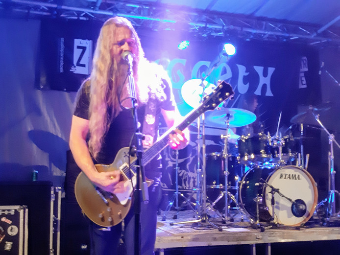 Zanger/gitarist Harold te Grotenhuis van Diggeth.