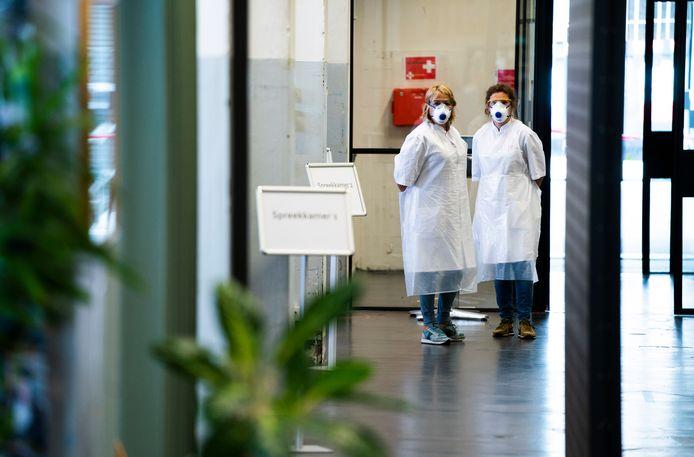 Medewerkers op de testlocatie van de GGD Amsterdam, waar wordt getest op het coronavirus
