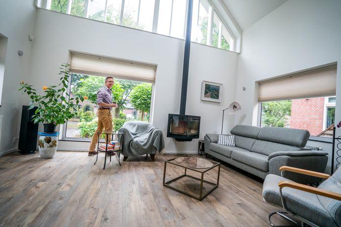 Alexander van der Els in zijn woonkamer. (Foto Jeroen Jumelet)