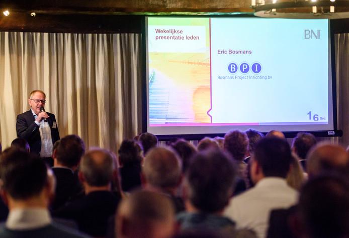 Eric Bosmans tijdens zijn pitch in het kasteel in Heeze waar een nieuwe afdeling van Business Network International wordt gepresenteerd