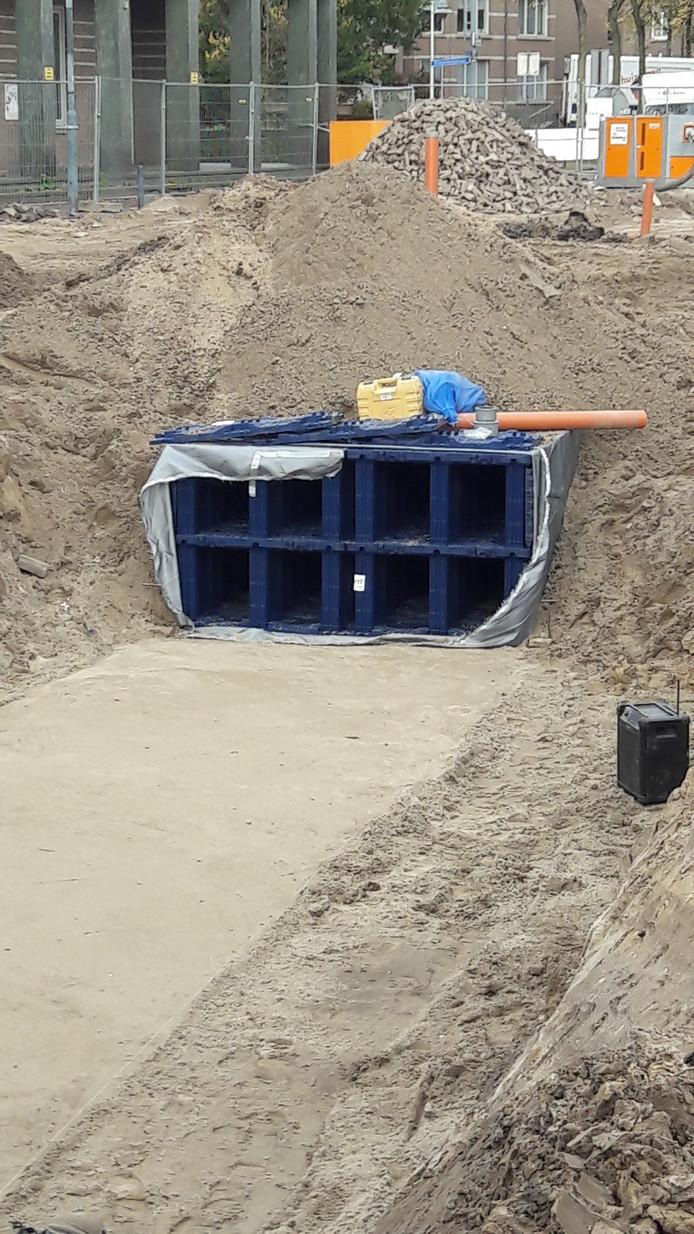 De infiltratiekratten zitten al deels onder de grond in de eerste fase van de herinrichting van de Markt in Veghel, vlak voor de Lambertuskerk.