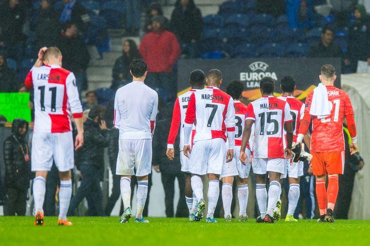 Verslagen verlaat Feyenoord het veld.  Beeld BSR Agency