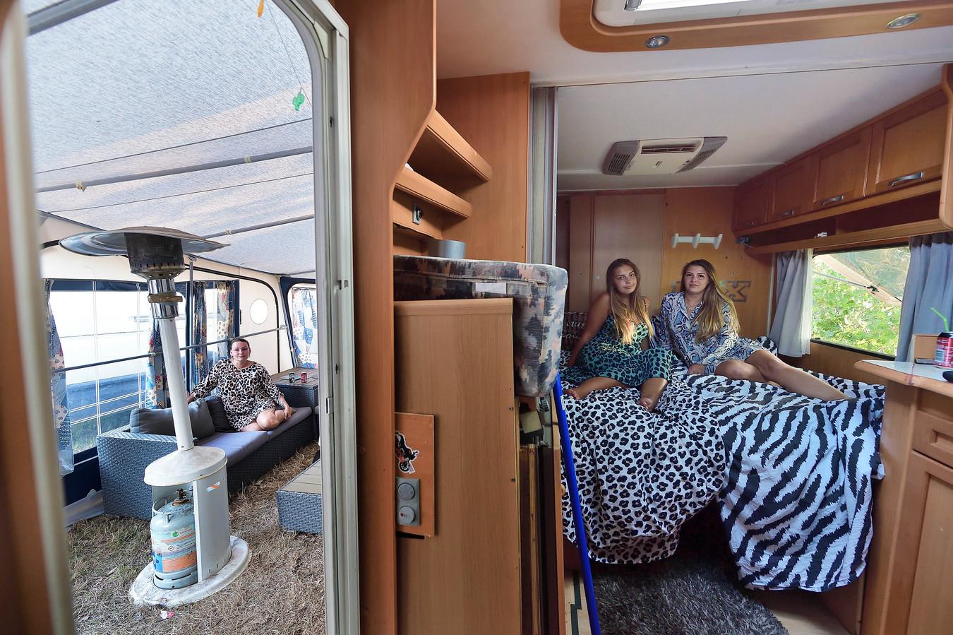 Vooral in de snikhete caravans is het nu afzien, zeggen Bartelina (l) en Joke.