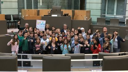 Kinderen De Bron Lovendegem ontmoeten minister Crevits in Vlaams Parlement