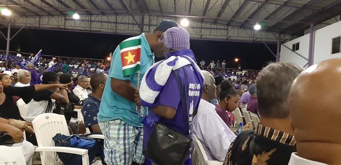 Aanhangers van Desi Bouterse op bijeenkomst van de NDP in Paramaribo.
