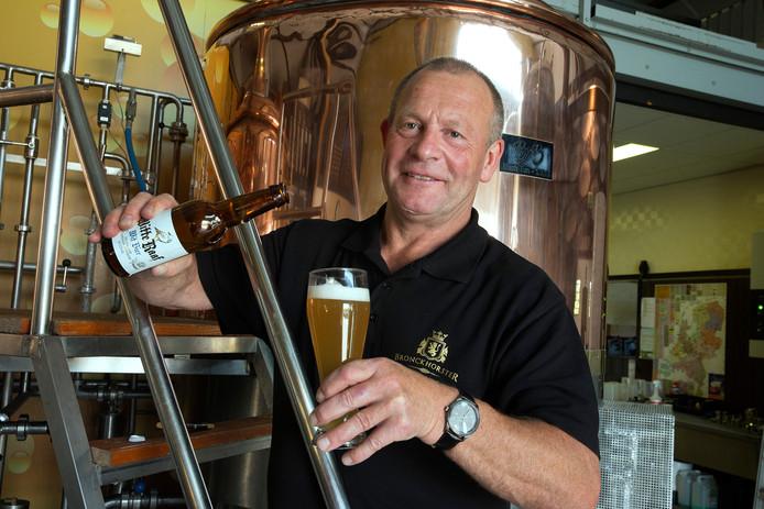 Steve Gammage van de Bronckhorster Brewery proeft de Witte Raaf.