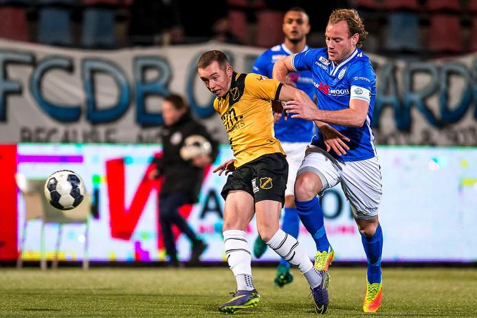 Duel tussen NAC speler Olivier Rommens en FC Den Bosch speler Niek Vossebelt. Foto Toin Damen / Proshots
