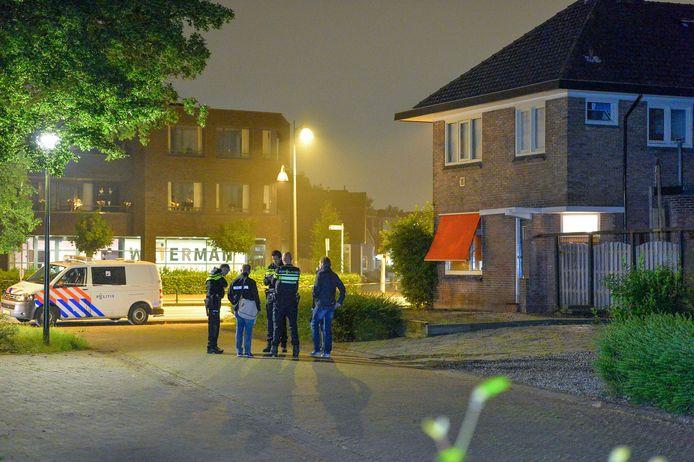Politie staat op een parkeerplaats naast het huis in Apeldoorn waar een dodelijke steekpartij heeft plaatsgevonden.