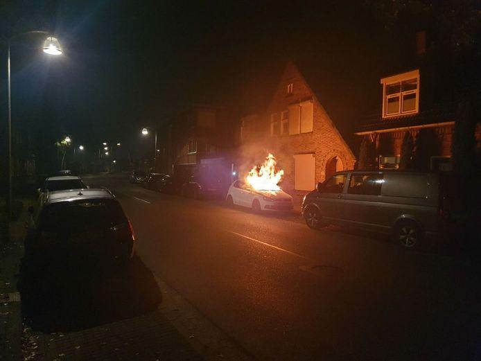 De politie gaat uit van brandstichting aan de Rietstraat en zoekt 2 mannen.