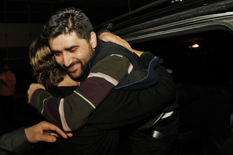 Adem Ozkose wordt verwelkomd door een familielid bij aankomst in Istanbul. Beeld afp