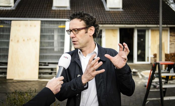 Fractievoorzitter Lourens van Bruchem van de SGP staat donderdag de pers te woord in Geldermalsen.