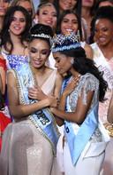 Winnares Toni-Ann Singh (rechts), met de nummer twee, Miss Europe en Miss France Ophely Mezino.