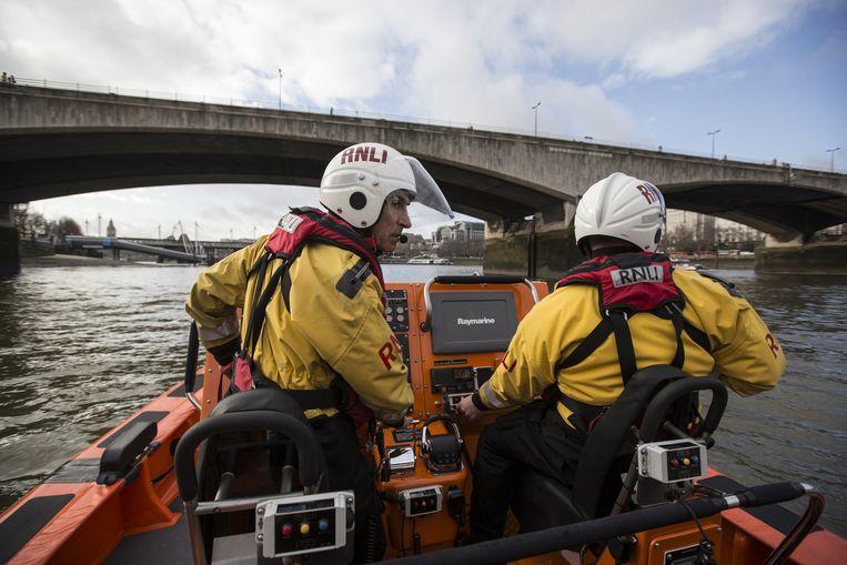 Reddingswerkers bij de brug, die van oudsher geliefd is om zelfmoord te plegen. Beeld getty