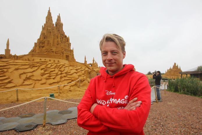 Alexander Deman op het zandsculpturenfestival, hier nog in Blankenberge en intussen in Oostende.