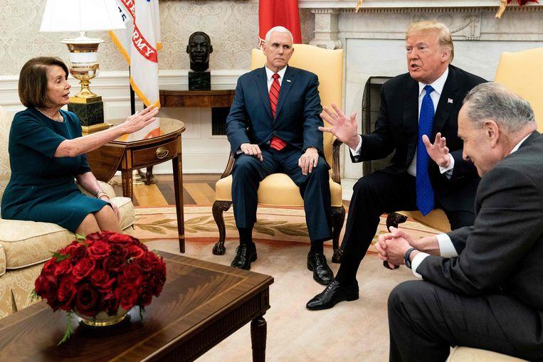 Nancy Pelosi samen met president Donald Trump bij eerdere onderhandelingen over de shutdown. Beeld AFP