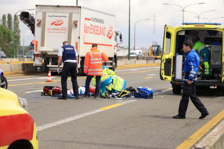 Het slachtoffer kreeg ter plaatse de eerste zorgen toegediend en werd daarna in kritieke toestand afgevoerd.
