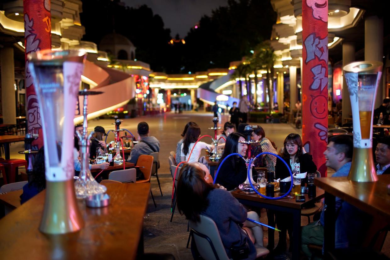 Een bar in Shanghai, waar mensen afgelopen week ongehinderd een biertje konden drinken.