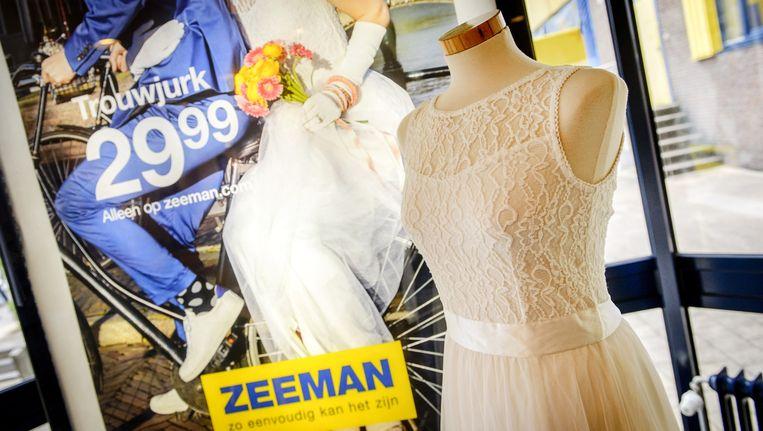 De spotgoedkope trouwjurk van Zeeman. Beeld anp