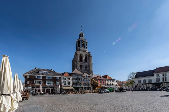 Een lege Grote Markt in Bergen op Zoom vanwege het coronavirus. Maar de stad zit ook financieel in diepe malaise en gaat een ongekende bezuinigingsgolf tegemoet.