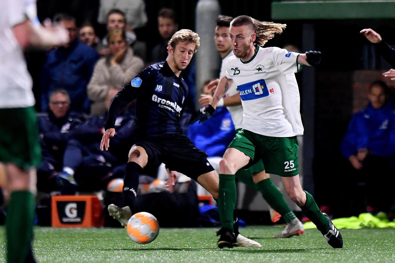 Nathan Rutjes van Groene Ster (r) in duel om de bal met Michel Vlap van Heerenveen.