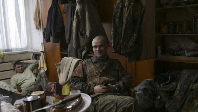 Oekraïense soldaten rusten uit op hun basis. Oekraïne en de pro-Russische separatisten hebben zaterdag bijna tweehonderd gevangenen uitgewisseld. Beeld epa