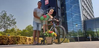 Lezerstourwinnaar Sam (5) straalt, op zijn splinternieuwe fiets