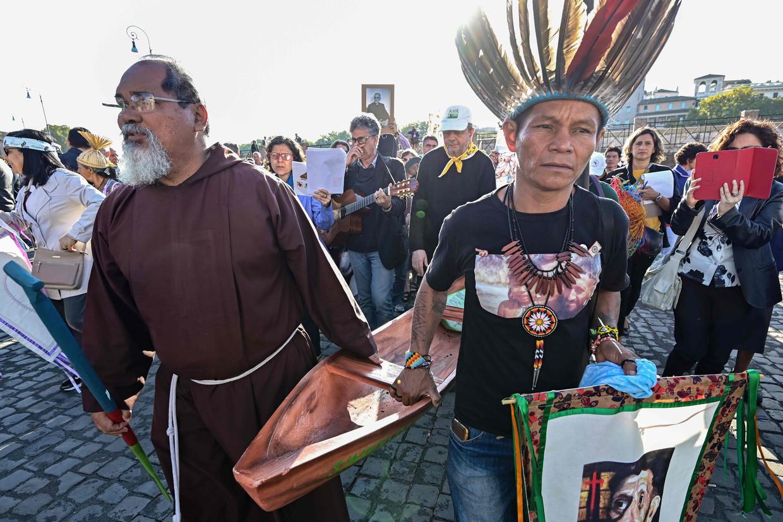 Een monnik en een inheemse leider uit de Amazone tijdens een processie vanwege de synode.