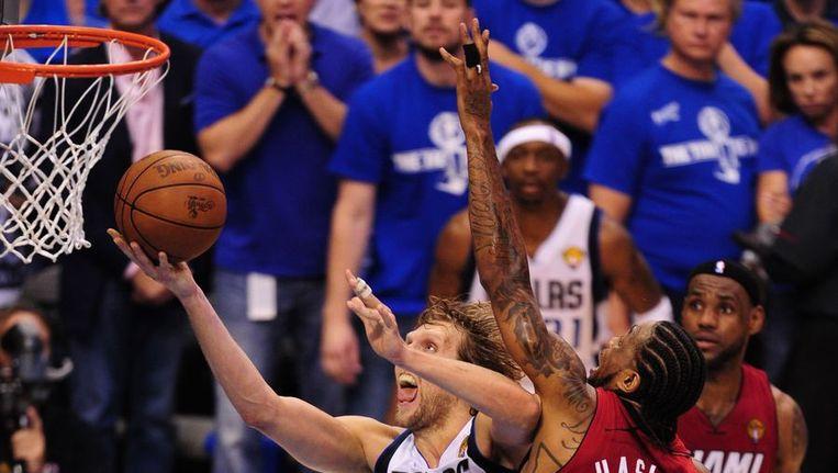 Dirk Nowitzki scoort. De Duitser bracht zijn ploeg Dallas Mavericks eigenhandig op gelijke hoogte in de NBA-finale tegen Miami Heat (2-2). Beeld null