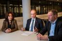 De VNOG hield vanavond crisisoverleg in verband met corona en kondigde een noodverordening af. Op de foto VNOG-voorzitter Ton Heerts, directeur publieke gezondheid  Jacqueline Baardman (l) en VNOG-directeur Diemer Kransen.