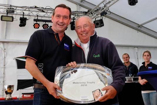 Leendert Muller (l) overhandigt Frans Maas de Multraship Trophy in 2014.