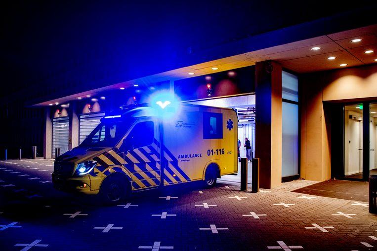 Een ambulance in Breda brengt een Brabantse patiënt naar andere provincies.  Beeld SOPA Images/LightRocket via Gett