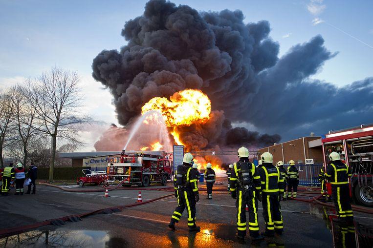 Beeld uit 2011: brandweerlieden bestrijden de brand bij Chemie-Pack in Moerdijk. Beeld anp