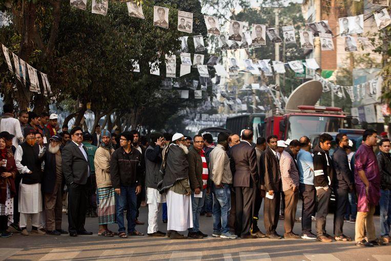 Mensen staan in de rij om hun stem uit te brengen in Dhaka, Bangladesh.